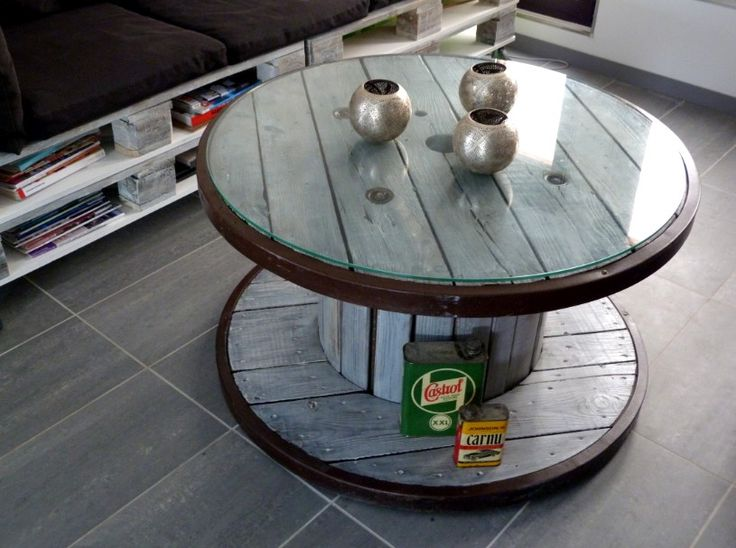table basse touret/ bobine à cables électriques teinté cérusé avec plateau en verre.