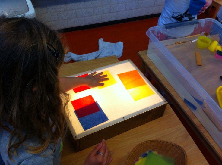 Kleuren mengen met gelamineerd vliegerpapier op de lichtbak@mijnhartje@obs_koppel