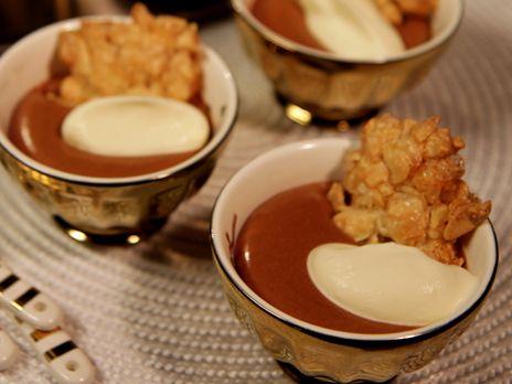 Christina Gyllners himmelska mjölkchokladmousse med grädde och krispigt havreflarn.