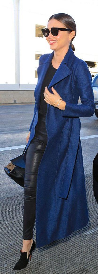 Who made  Miranda Kerr's black handbag, leather pants, ankle boots, jewelry, and sunglasses?