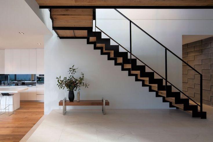 escalier droit en bois clair et métal noir avec garde-corps en métal noir et verre