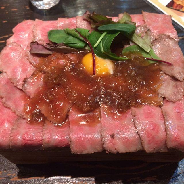 南船場の御肉でローストビーフ丼とユッケの小鉢、ここはご飯、味噌汁、野菜食べ放題やから最後ご飯にユッケを掛けてユッケ丼で締め😄 雨やけど造幣局の桜はまだまだ綺麗に咲いてた🌸 からの上本町のなかたに亭へ❗️ #大阪 #大阪ランチ #肉 #ローストビーフ丼 #造幣局 #桜#ケーキ #なかたに亭#御肉 #南船場