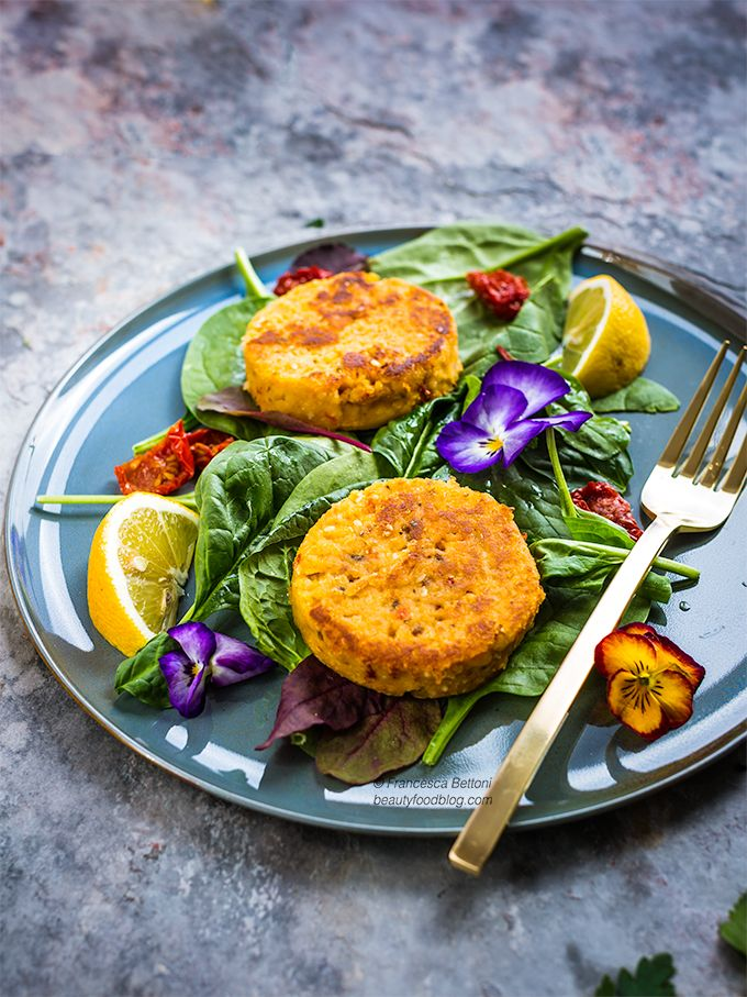 vegan gluten free  burger with spinach spring salad and sundreid tomato - burger vegan con pomodori secchi e insalata primaverile - food photography - www.beautyfoodblog.com