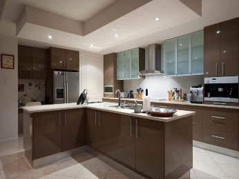 Modern u-shaped kitchen design using glass - Kitchen Photo 295504