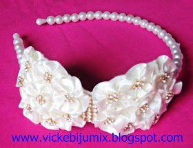Várias cores de tiaras com fuxicos de cetim, arco de pérolas e strass em manta transparente. Uma opção de tiara arrumada, bem customizada e...