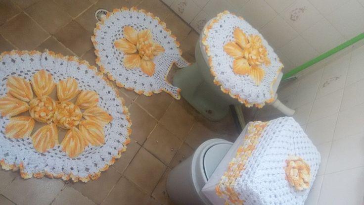 Linda peç com 5 peças sendo : <br>Tampo, tapete vaso,tapete pia,capa descarga,porta papel