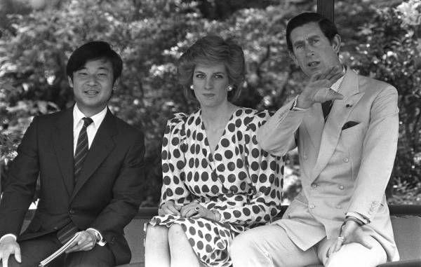 修学院離宮の庭園を散策するイギリスのチャールズ皇太子、ダイアナ妃と浩宮さま(京都)