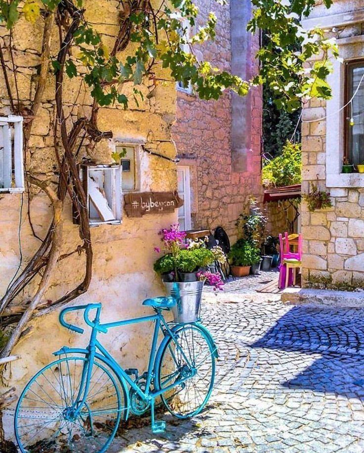 Ben bu sokakların hastasıyım☘️❤️☺️ Alaçatı, Çeşme İzmir www.kucukoteller.com.tr/alacati-otelleri.html?utm_content=buffer458e4&utm_medium=social&utm_source=pinterest.com&utm_campaign=buffer ・・・ Sokaklar şu an tam da bisiklete binip tek tekerlek yapmalık  @minepolat54