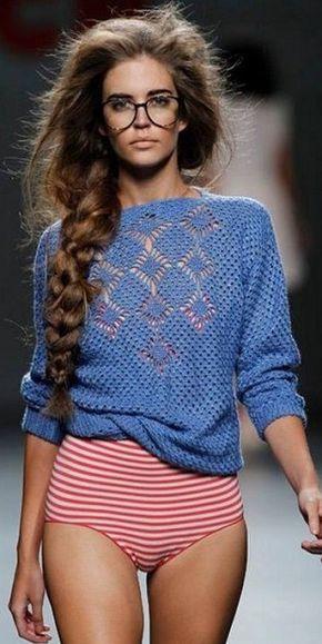 """Идея пуловера крючком Идеи для вязания можно черпать не только из журналов по вязанию, благо которых сейчас огромное множество продается, но и с подиумов всего мира. Так например этот пуловер, связать который не представляет большой сложности, но благодаря фасону, выбранному цвету, а главное необычно расположенному узору смотрится он очень модно, свежо и элегантно. Хотя казалось бы, при вязании узора использовался известный всем простой узор """"паучки"""" крючком. Свяжите этот пуловер и вы…"""