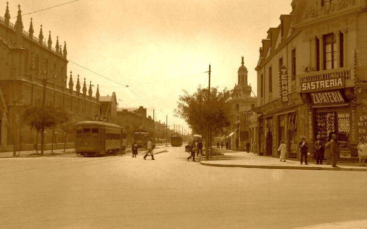 Avenida Independencia en 1925. En la época los automóviles seguían siendo un bien inalcanzable para la inmensa mayoría de la población y, a pesar de sus grandes avenidas, el tráfico era insignificante.