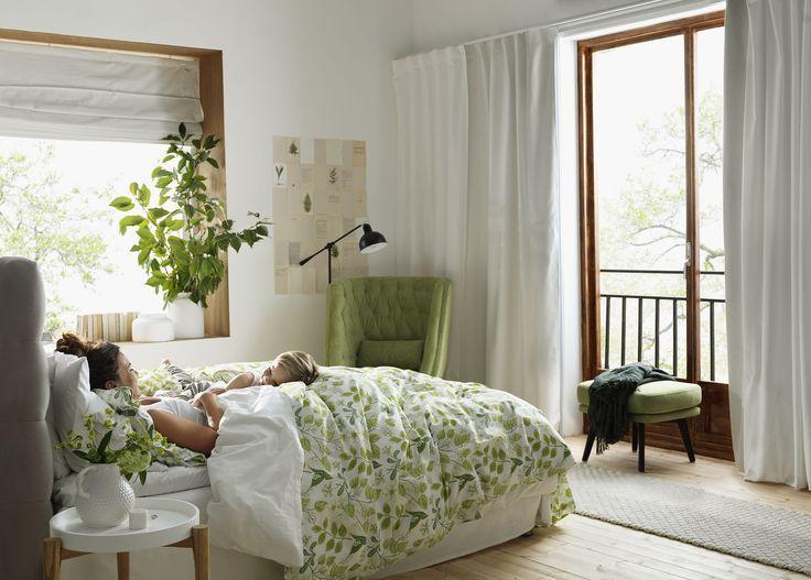 En ledig morgon kan man ha livets viktiga samtal om stort och smått. Här i Agnes sprakande grönska.