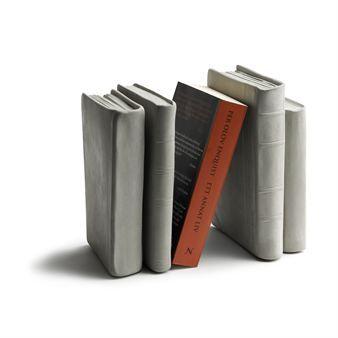 Tove Admans bokstöd i betong är ett stilrent och stadigt bokstöd som passar perfekt in i hyllan bland böcker och pärmar. Betongbokstödet är format som böcker och skapar därför ett perfekt dekorationsinslag samtidigt som designen är rolig och funktionell.