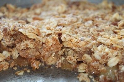 Яблочный крисп Для криспа:   3/4 чашки (чашка - 200 мл) овсяных хлопьев или мюсли без добавок;  1/2 чашки сахара ( у меня коричневый);  1/2 чашки муки ( я советую уменьшить в 2 раза);  1/2 чашки мягкого сливочного масла;  1 ч ложка корицы.   Начинка:  1 кг очищеных и порезаных яблок, желательно кислых сортов и сочных;  1/4 чашки + 2 ст. ложки сахара;  3 ст. ложки крахмала;  2 ст. ложки лимонного сока;  1 пакетик ванильного сахара;  2-3 ч. ложки корицы