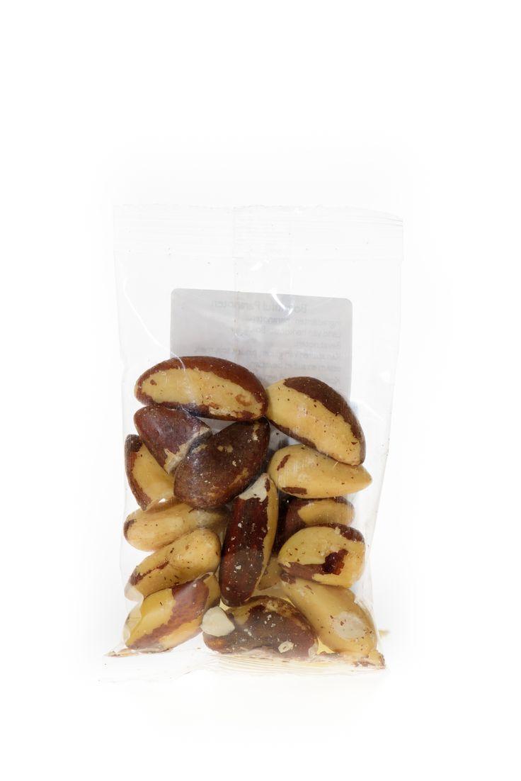 Paranoten Bio. Verse paranoten zijn van binnen ivoorwit van kleur. Zijn ze geel, dan zijn ze te oud. Weet je het niet zeker, bijt dan een klein stukje af, en let goed op de nasmaak; is de noot niet vers genoeg meer, dan zal je dat zeker proeven.    Paranoten kun je prima heel of gebroken door een groene salade mengen. Paranoten kunnen uitstekend (gebroken) verwerkt worden in brood, cake, koekjes en taarten.   Handige snackverpakking!