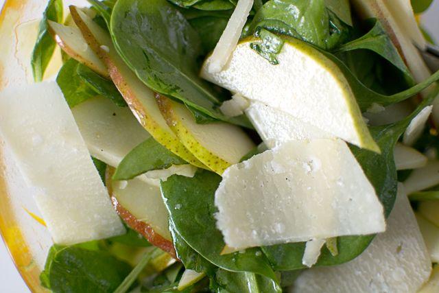 Sallad med päron, parmesan och spenat