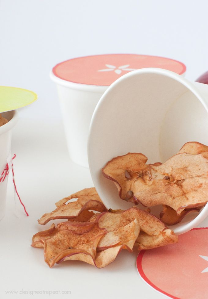 Looking for a yummy fall snack? Check out the Baked Cinnamon Apple Chips   #apple #recipe