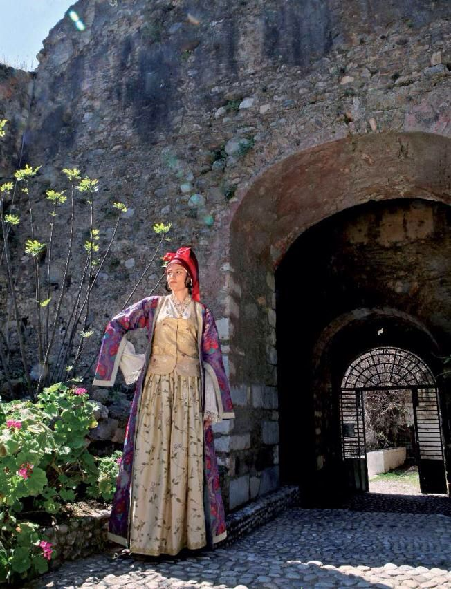 Dressed in History Members of the Lyceum of Hellenic Women of Kalamata are photographed at notable locations in Messinia wearing traditional costumes. Τα μέλη του ΛυκείουΕλληνίδων Καλαμάτας φωτογραφίζονται σε επιλεγμένα σημεία της Μεσσηνίας φορώντας παραδοσιακές φορεσιές http://static.costanavarino.com/magazine/