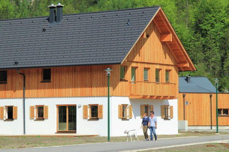 Chalet Wolfgangsee  In Obertraun aan de voet van het imposante Dachsteingebergte en aan de oever van de schilderachtige Hallstättersee bij het bekende Hallstatt staat dit luxe chalet in een uniek vakantiedorp. Obertraun ligt ten zuidoosten van Salzburg in het omvangrijke merengebied Salzkammergut. 's Zomers een zeer populair vakantiegebied en 's winters een veel bezocht skigebied. Het gebied is zo uniek dat het in 1997 als Werelderfgoed is toegevoegd aan de lijst van UNESCO. Het luxe 2/1 kap…
