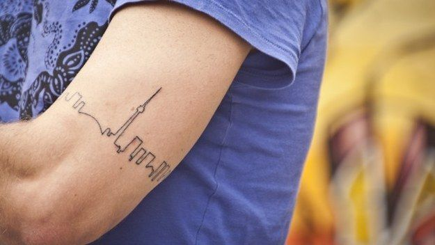 Ideias de Tattoo Masculina Pequena | Cidade com um traço