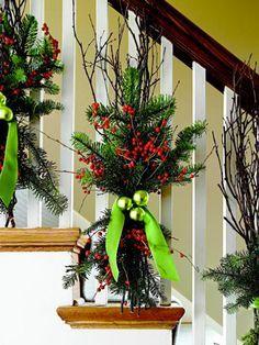 Composition florale pour décoration Noël dans escalier                                                                                                                                                                                 Plus