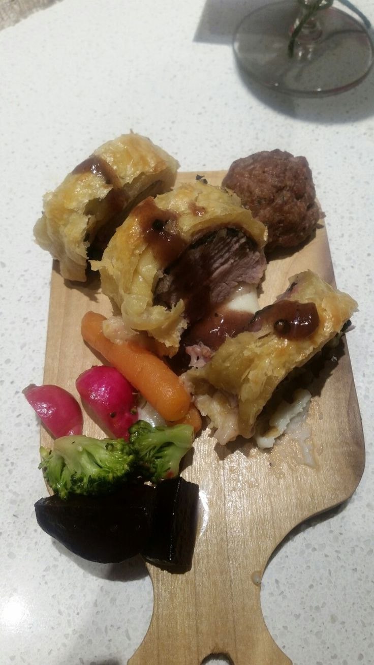 Beef wellingtons with mixed vegetables