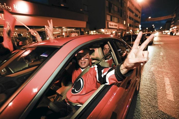 Juha Alho juhli kavereidensa kanssa yöllä Ässien väreissä Porin keskustassa. Kuva: Rio Gandara.   Lue: Näin Pori juhli Ässien mestaruutta – katso kuvakooste
