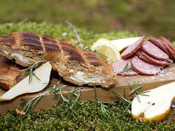Grillad hålkaka med päron, jordnötssmör och rosmarin | Recept.nu