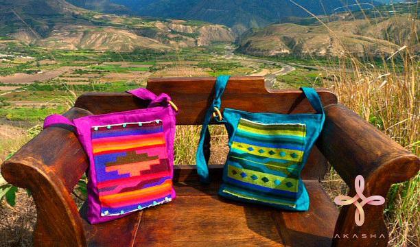 Bolsos con tapices hechos a mano . #Ecuador