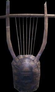 LA LYRE, instrument de l'aède Selon la légende, la lyre ou phorminx est inventée par Hermès à partir d'une carapace de tortue à laquelle sont fixées deux cornes d'antilope et des cordes de boyau. Hermès l'offre à Apollon dont elle devient l'instrument privilégié et l'un des attributs. Recontitution de lyre archaïque à partir de fragments- Grece Veme siècle - British museum© gellius