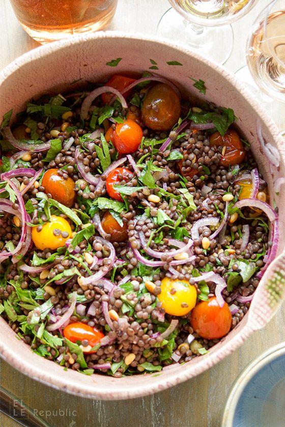 Linsensalat mit gerösteten Tomaten Rezept mit Beluga-Linsen, Kapern, Zitrone, Pinienkernen und Kräutern. Glutenfrei und vegetarisch. Einfach gesunde Rezepte - Elle Republic