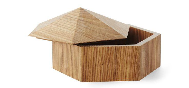 Eskene Woodhut er designet av Anne Stensgaard og er laget i ask. De er bygd som sekskantede miniatyrhus, og taket kan løftes av.