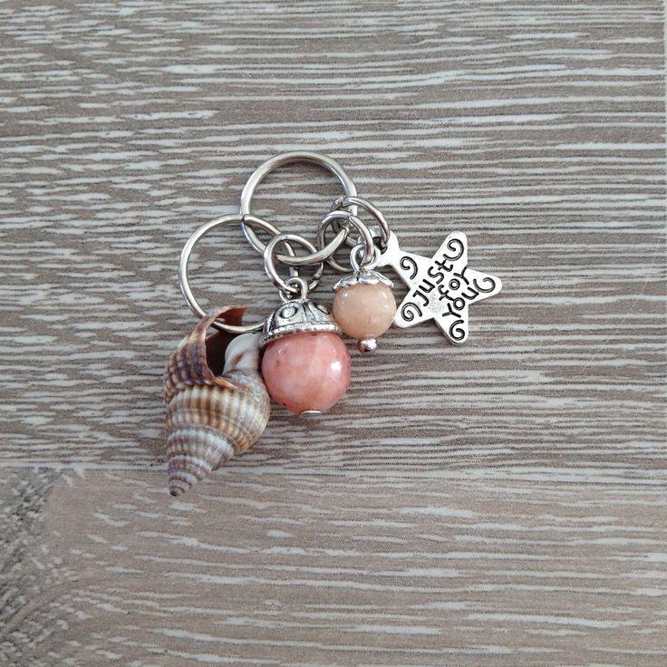 """Bedel van 8mm roze agaat en 6mm peach jade met metalen sierkappen, beige hoorn schelp en een metalen ster """"Just for you"""". Van JuudsBoetiek, te bestellen op www.juudsboetiek.nl."""