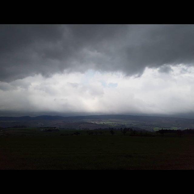 Eine Studie in Wolkenkunde. Bedrohliche Stimmung vor dem Frühlingssturm.  #Naturmomente #Schweiz #photooftheday #magicplaces #kraftorte #switzerland #switzerlandpictures #magicswitzerland  #nature #naturelovers #forest #sky #Cloudy #clouds #cloudstagram #cloudporn