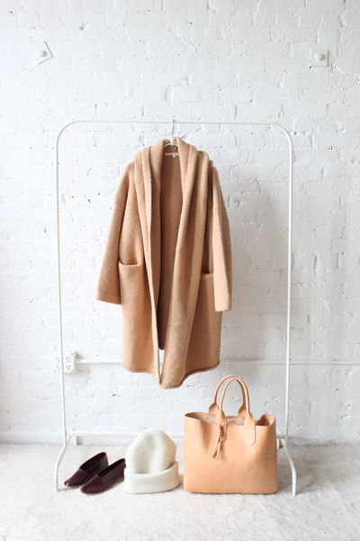 Lauren Manoogian Capote Coat Tan / Martiniano Glove Slippers / Lauren Manoogian Carpenter Hat / rennes Gretel Tote