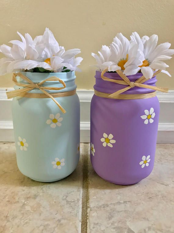 Adorable daisy painted mason jars. Fantastic gift for mother's day.