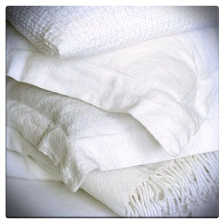 """E infine il bianco!   Colore neutro per eccellenza, iè un colore che domina in casa, anche nella camera da letto, perché simbolo di purezza, pulizia, igiene e salute! È consigliato in particolare negli ambienti piccoli. Contrariamente a quanto si potrebbe pensare, il bianco """"assoluto"""" non è molto consigliato per riposare bene, perché tende ad aumentare troppo la luminosità degli ambienti.   #colori #benessere #arredo #casa #home #colors #wellness #bianco #white"""