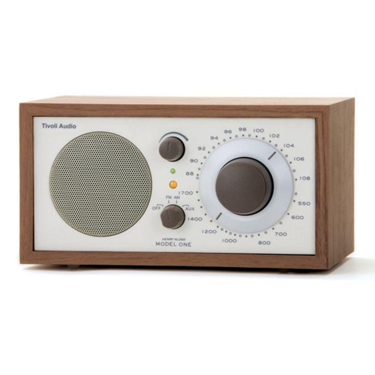 Radio Tivoli Café *Hasta agotar existencias* Con un diseño retro, este radio ofrece una excelente calidad de sonido gracias a su caja de madera hecha a mano y su altavoz de largo alcance. Su sintonizador analógico AM/FM permite escuchar incluso las cadenas de radio con poca intensidad.
