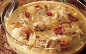 Kylling i hvidvin Med denne lækre opskrift på kylling i hvidvin, er du sikret en velsmagende hovedret til festen. Servér med sprød bacon, frisk pasta og hakket persille.