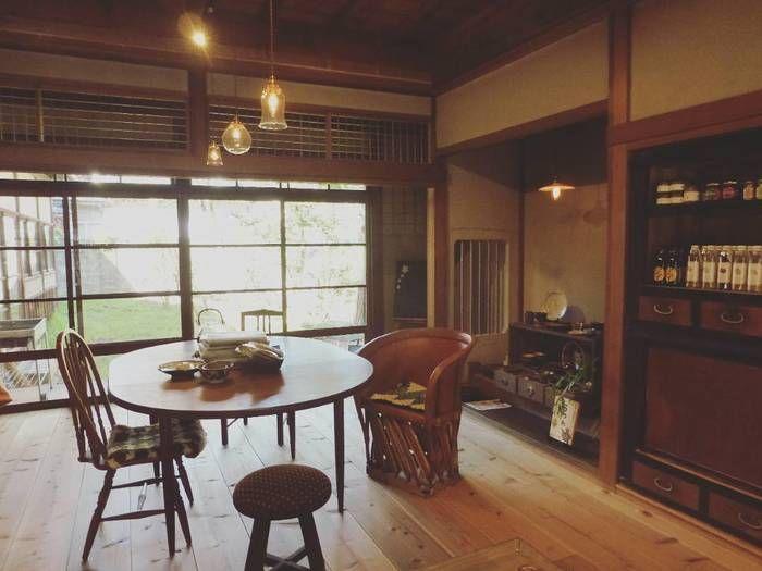壁の食器棚や、1脚1脚異なるデザインの日本家具を取り入れているインテリア。深みのある木の色とデザインとが見事に合わさっています。