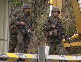 米軍の訓練も連日行われている。11日は午後5時半頃、MV22オスプレイが飛来するとメインゲートから新川ダム上空を時計回りに旋回飛行し、メインゲート東側の着陸帯でホバリングを行っていた。11日はCH53Eヘリも2機飛来し、夜間訓練も行っていた。メインゲートにやってくる米軍車両には、そのつど抗議を行っている。- 海鳴りの島から | 2月10~12日の高江の様子
