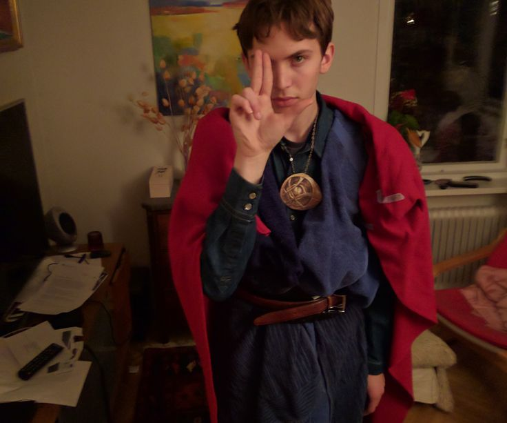 A cheap, fast Doctor Strange cosplay that you can make with materials that you probably have at home. Because seriously, the Doctor Strange movie is 100%...