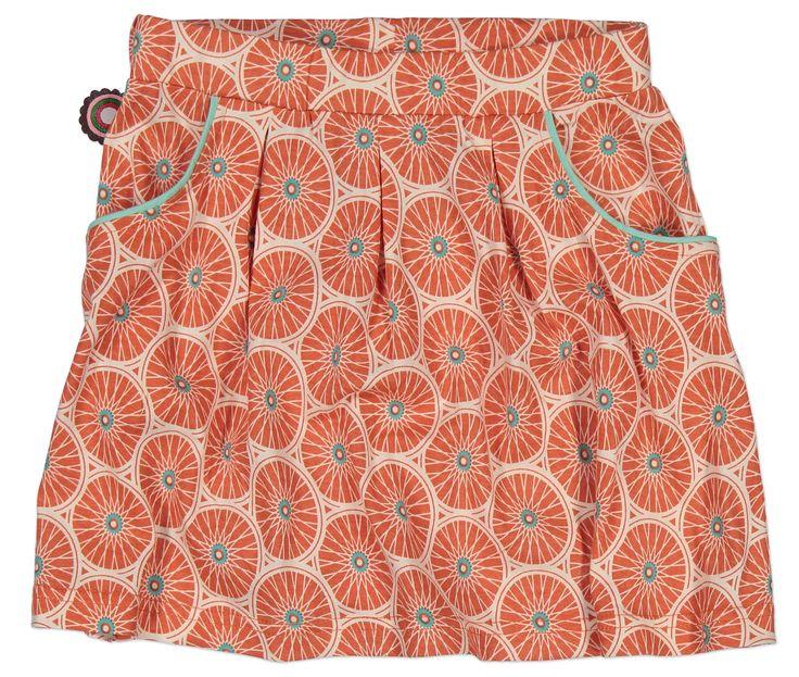 Meisjes oranje rokje Wheels van het kinderkleding merk 4funkyflavours.  Oranje zwierrokje zonder sluiting, met een elastische tailleband. Het retro rokje heeft een all over print van grote wielen. Voorzien van 2 zijdelingse steekzakken, die afgewerkt zijn met licht groene kant.