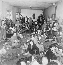 Liberación del campo en abril de 1945. Hombres y mujeres hacinados en un barracón.