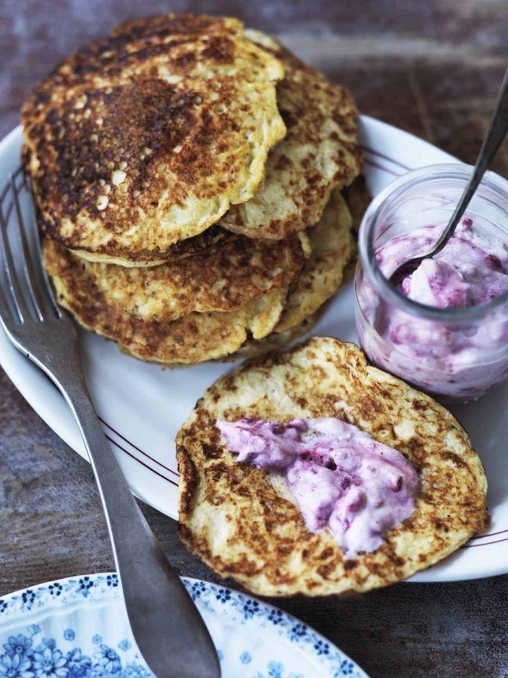 Prøv disse mættende proteinrige pandekager næste gang du vil have lidt lækkert men mættende til morgenmad. Nem opskrift uden mel og sukker.