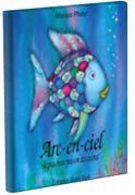 Arc-en-ciel est le plus beau poisson de tous les océans. Ses écailles aux couleur de l'arc-en-ciel scintillent. Malheureusement, Arc-en-ciel refuse de les partager avec les autres poissons qui ne lui adressent alors plus la parole. Mais après les sages conseils de la pieuvre Octopus, Arc-en-ciel changera d'idée.