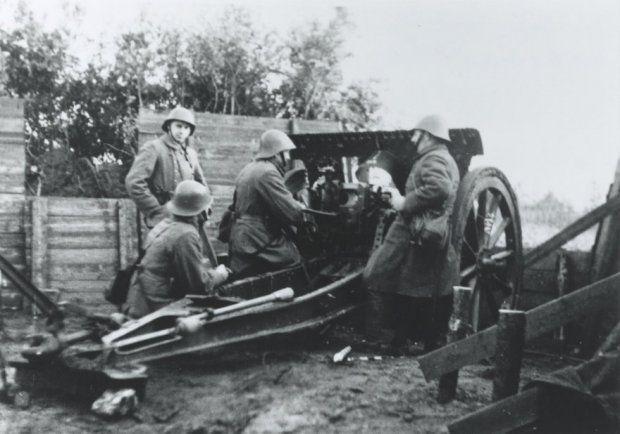 Mobilisatie 1939-1940. 7 cm veldgeschut in stelling  tijdens een alarmoefening van 8 Regiment Artillerie.