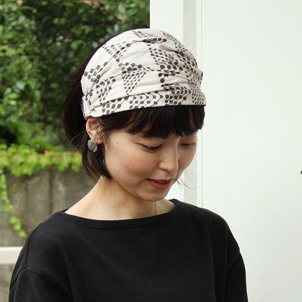 梅雨〜夏にかけての髪の広がりをなんとかしたい〜! そこでスタッフにヘアバンドの作り方を教えてもらいました。せっかくここに布とゴムもあるし、なんだかとっても簡単にできるそうなのです。2つのデザインのヘアバンドを作りました。