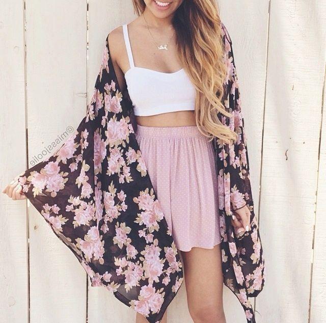 Top blanco, falda rosa palo y kimono estampado de flores azul marino y rosa palo. Look de verano