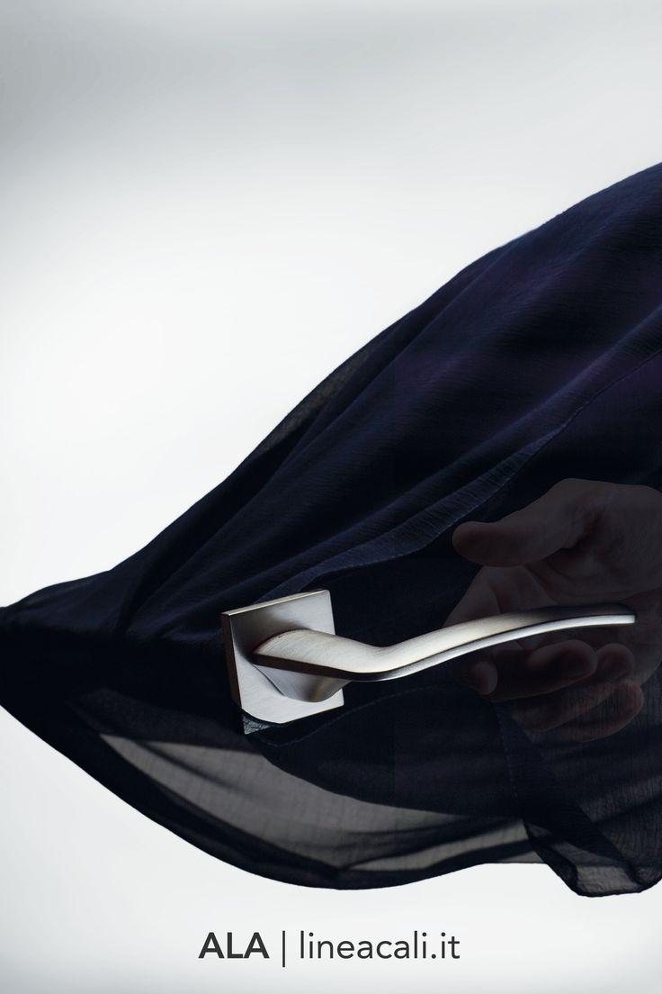 Ala | Your hand glides over the handle like the wind on the wings of an airplane, but the conscious design results in an extremely solid, comfortable and secure grip - - - La mano scivola sul dorso della maniglia come il vento sulle ali di un aeroplano, ma il design consapevole dona una presa estremamente solida, confortevole e sicura. #handles #doorhandle #doorhandles #lineacali #maniglie #square #modern #design #brass #klamki #ручки #manillas #klinken #chrome