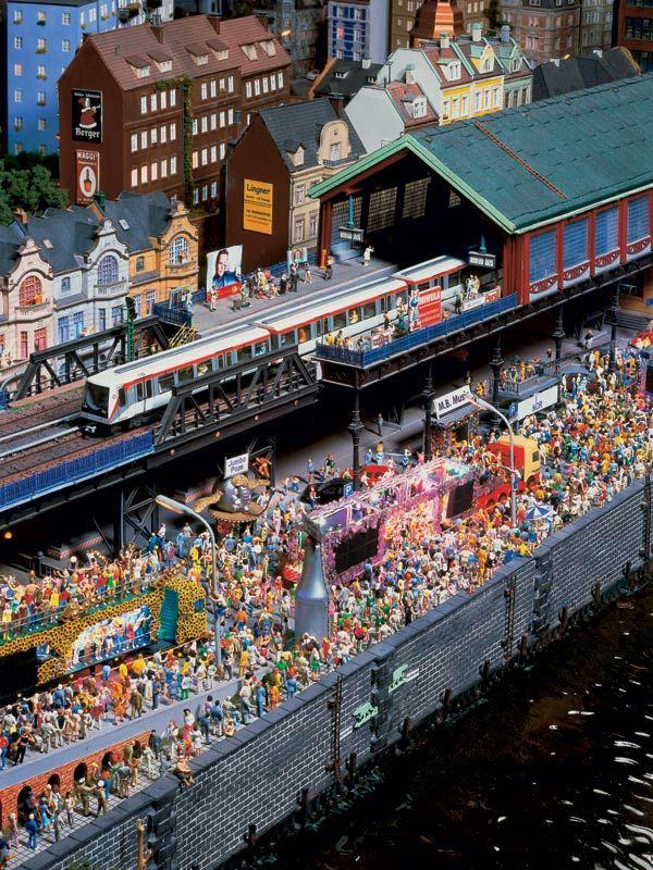 Das lässt die Berliner Loveparade verblassen! Der G-Move an den Landungsbrücken.